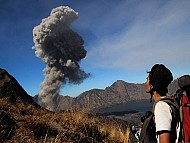 Du Khách Tiếp Tục Bị Mắc Kẹt Tại Bali Do Núi Lửa Phun Trào